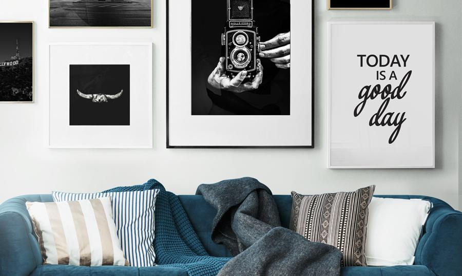 huiskamer met bank met posters muur