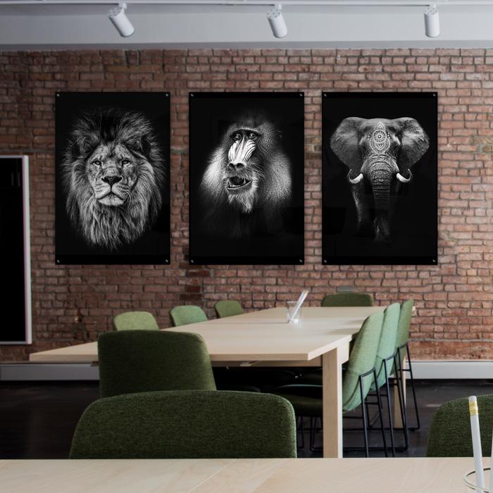 kantoorinterieur met posters en schilderijen