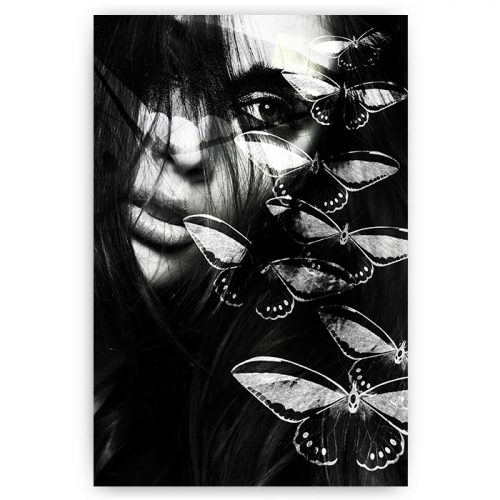 vrouw gezicht met vlinders zwart wit
