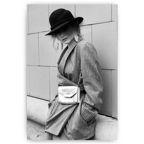 vrouw met hoed en pak
