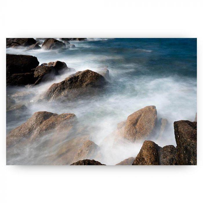 zee met rotsen