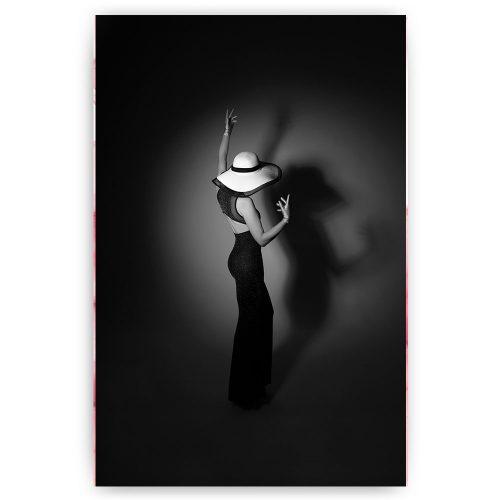 Vrouw met hoed in spotlight